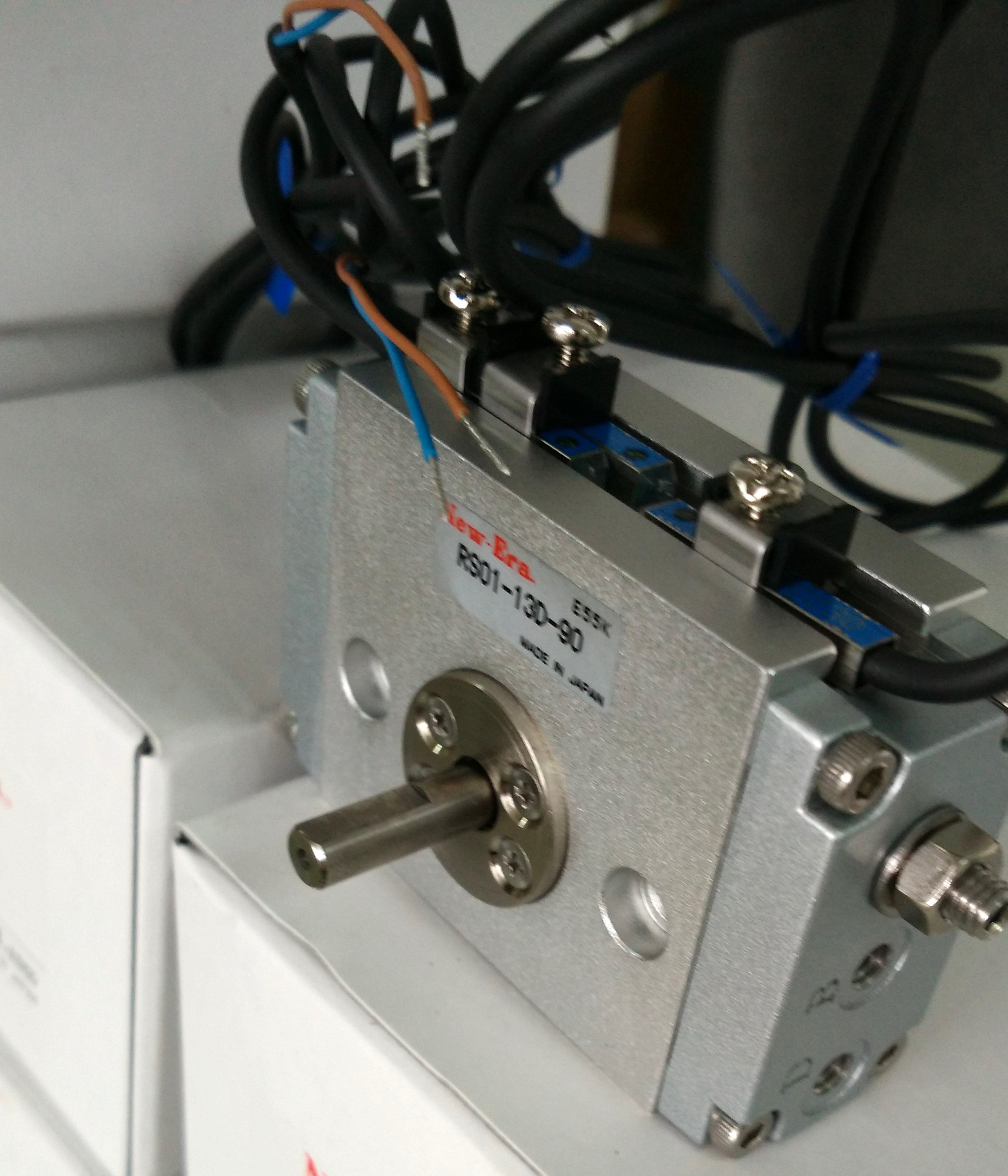 日本New-Era株式会社是全球著名精密气动元件生产厂家。其研制生产的F-系列精密滑台气缸与TZ-系列电磁阀,在业界享有盛誉。TZ系列电磁阀具有流量大;体积小;耗电量底等特点。主要应用领域:电子设备、纺织、医疗设备、检测设备、IC卡等等。 NEW-ERA回转气缸工作原理: 即进排气导管和导气头都固定而气缸本体则可以相对转动并且作用于机床夹具和线材卷曲装置上的一种气缸,是引导活塞在其中进行直线往复运动的圆筒形金属机件。 主要由导气头、缸体、活塞及活塞杆组成。回转气缸工作时,外力带动缸体、缸盖及导气头回转,而